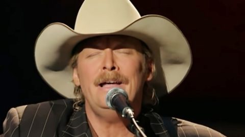 Alan Jackson's Powerful Rendition Of 'How Great Thou Art' Will Send Chills Up Your Spine | Country Music Videos