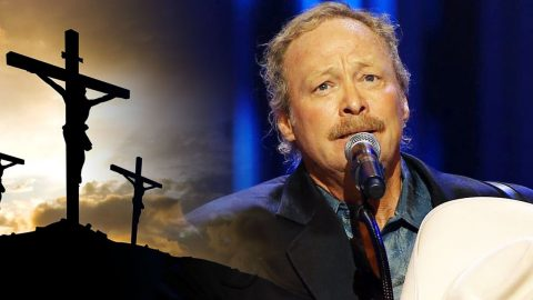 """Alan Jackson Sings Country Gospel With """"Old Rugged Cross"""" 