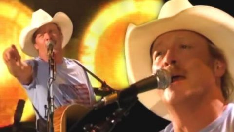 Alan Jackson – Hard Hat And A Hammer (CMA 2010) (WATCH) | Country Music Videos