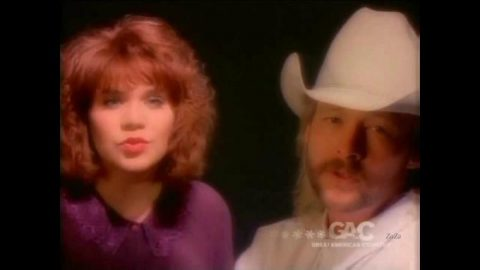 Alison Krauss Joins Alan Jackson For 1993 Christmas Song, 'The Angels Cried' | Country Music Videos