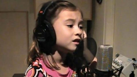 """7-Year-Old Sings A Cover Of Elvis Presley's """"Blue Christmas"""" 
