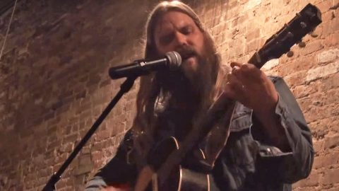 """Chris Stapleton Wows Crowd With Surprise Cover of Prince's """"Nothing Compares 2 U"""" 
