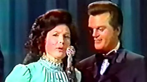 Conway Twitty, Loretta Lynn, Dolly Parton, Porter Wagoner, Bill Anderson and Jan Howard 1971 Awards! (VIDEO) | Country Music Videos