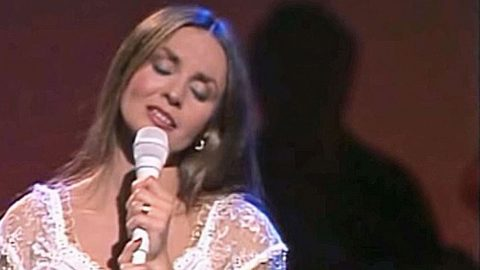 Crystal Gayle's Unforgettable Performance Of 'Don't It Make My Brown Eyes Blue' | Country Music Videos