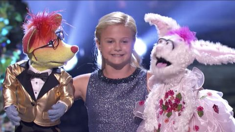 Ventriloquist Darci Lynne Farmer Pulls Off Seemingly Impossible Duet Routine | Country Music Videos