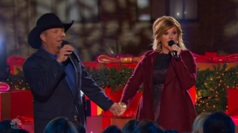 Garth Brooks & Trisha Yearwood Sing Adorable Rendition Of 'Baby, It's Cold Outside'   Country Music Videos