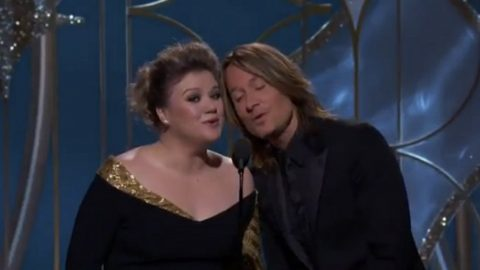 Kelly Clarkson And Keith Urban Surprise Award Show Attendees With Stunning Six-Word Duet | Country Music Videos