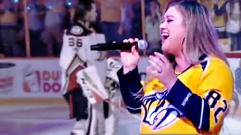 """Kelly Clarkson Lights Up Nashville Playoffs With """"The Star Spangled Banner""""   Country Music Videos"""