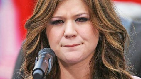 Kelly Clarkson Defends Herself Against False Claims | Country Music Videos