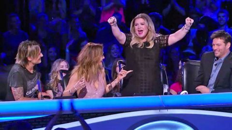 Kelly Clarkson Predicts 'Idol' Winner After Priceless Reaction | Country Music Videos