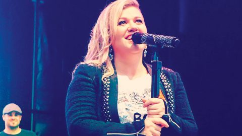 Kelly Clarkson Updates Fans On Pregnancy After Sickness | Country Music Videos