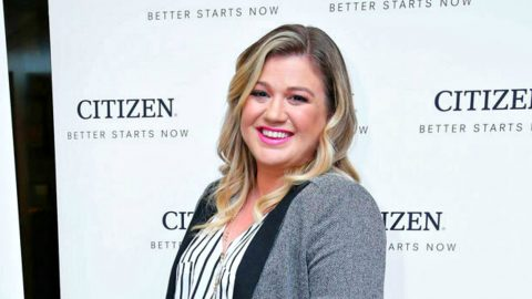 Does Kelly Clarkson Have More Than One Bun In The Oven? | Country Music Videos