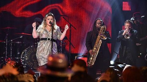 Kelly Clarkson's Fabulous New Year's Eve Performance Will Get You Excited For 2018 | Country Music Videos