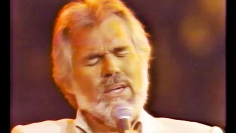 """Kenny Rogers Delivers Soft & Seductive """"Love Me Tender"""" Performance 