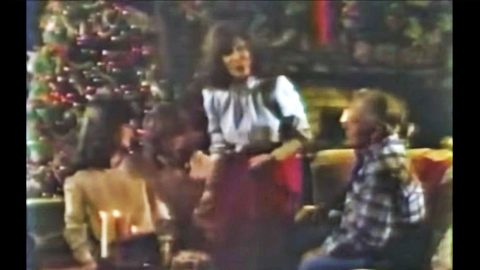 1980s Video Gives A Rare Look At Loretta Lynn & Her Family During Christmas | Country Music Videos