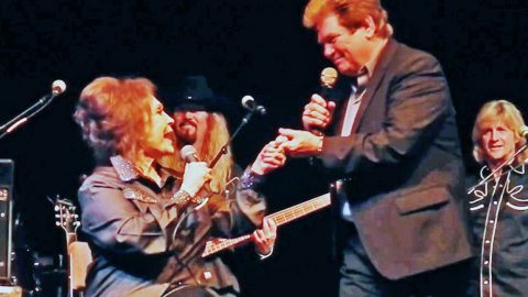 """Loretta Lynn Takes The Stage With Conway's Son And Sings """"Louisiana Woman, Mississippi Man"""" 
