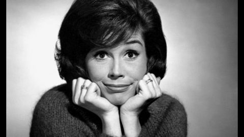 Mary Tyler Moore Dead At 80 | Country Music Videos