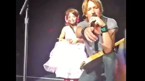 Keith Urban Pulls Little Girl From Crowd…What He Does Next?? I'm FLOORED! | Country Music Videos