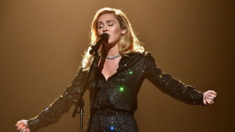 Miley Cyrus Shines In Fleetwood Mac Tribute Performance Of 'Landslide' | Country Music Videos