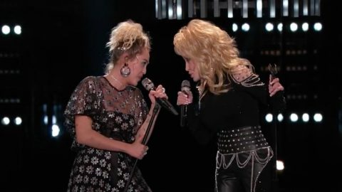"""Miley Cyrus And Pentatonix Join Dolly Parton For A Cappella Performance of """"Jolene"""" In 2016   Country Music Videos"""
