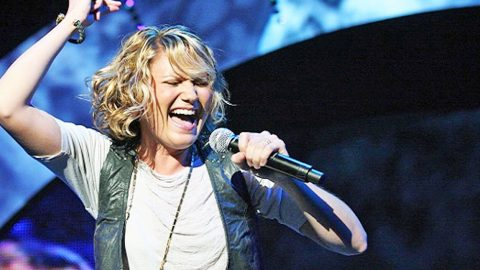 Jennifer Nettles' Daredevil Act Is The 'Craziest She's Ever Done' | Country Music Videos
