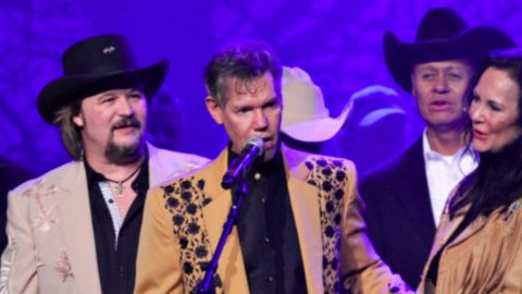 Randy Travis Surprises Crowd With Performance At Tribute Concert | Country Music Videos