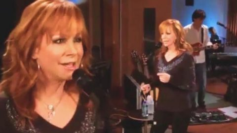 Reba McEntire – When Love Gets A Hold Of You (Studio Concert Live)   Country Music Videos