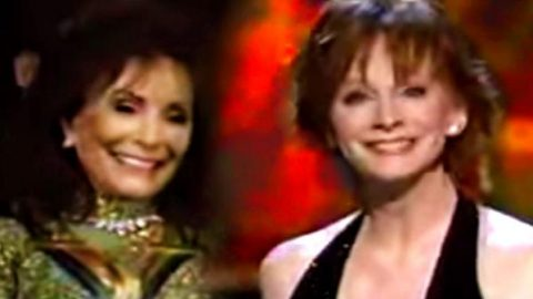 Reba McEntire – You're Lookin' At Country (Live – Singing for Loretta Lynn) (VIDEO) | Country Music Videos