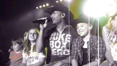 Tim McGraw Singing 'Just To See You Smile' To The Girls In Allentown, PA (VIDEO) | Country Music Videos