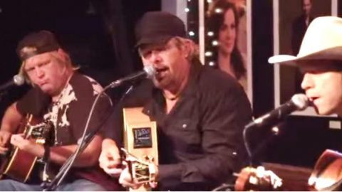 Toby Keith – Clancy's Tavern (Live)   Country Music Videos