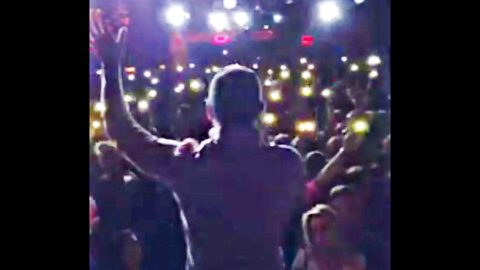 Country Singer Gives Heart-Melting 'Lean On Me' Tribute At Las Vegas Vigil | Country Music Videos