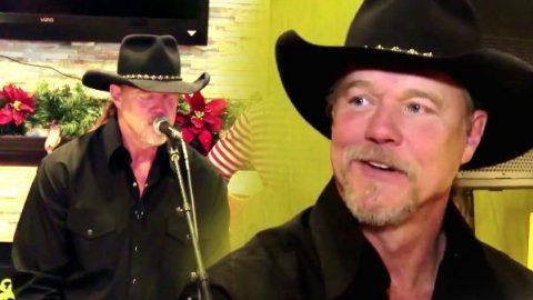 Trace Adkins Surprises Hotel Guests (VIDEO) | Country Music Videos