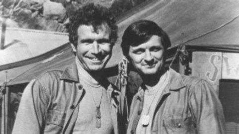 M.A.S.H. Star Wayne Rogers Dies At 82 | Country Music Videos
