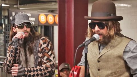 Adam Levine Looks Unrecognizable While Singing Classic Queen Song In New York Subway | Country Music Videos