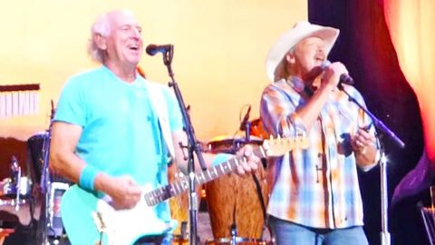 Fans LOSE IT When Alan Jackson Steps On Stage For Surprise Duet With Jimmy Buffett | Country Music Videos