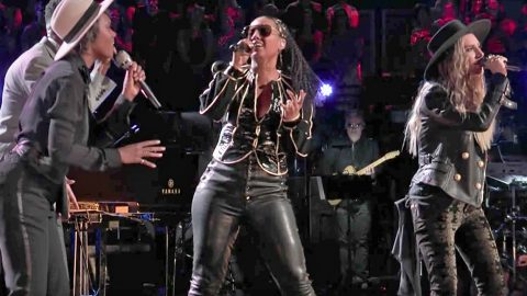Alicia Keys Joins Her Team For Killer '(You Make Me Feel Like) A Natural Woman' | Country Music Videos