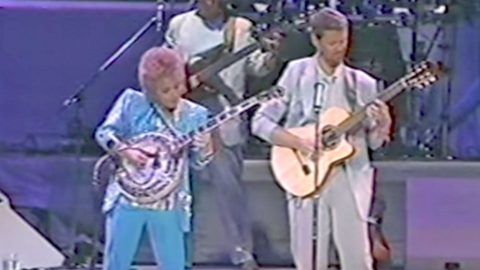 Barbara Mandrell Will Blow You Away With Her Pickin' Skills In 'Dueling Banjos' | Country Music Videos