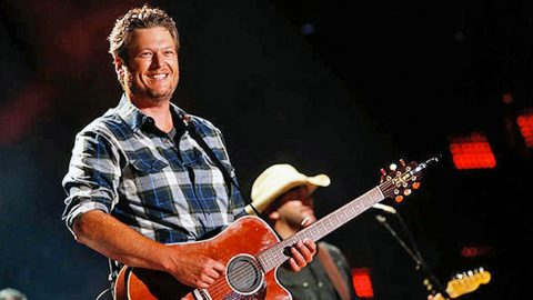Fans Go Wild As Blake Shelton Surprises Local Honky Tonk With Garth Brooks Medley | Country Music Videos