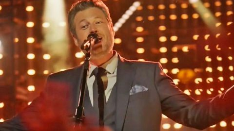 Blake Shelton Kicks Off 2017 In Passionate Kiss With One Lucky Lady | Country Music Videos