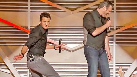 Blake Shelton Makes Fun Of Luke Bryan's Tight Jeans At Award Ceremony | Country Music Videos