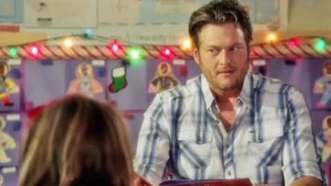 Blake Shelton Hysterically Flips Out While Reading 'The Night Before Christmas'   Country Music Videos