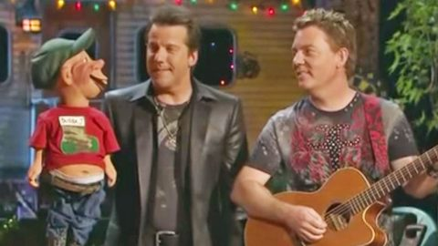 Jeff Dunham's Redneck Puppet Sings Wacky Christmas Carol That's Too Funny To Handle | Country Music Videos