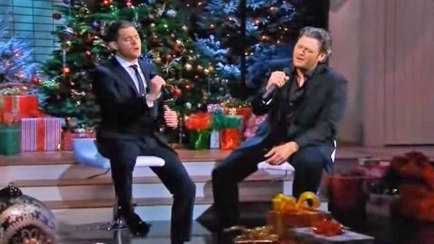 blake shelton joins michael bubl for moving christmas duet in tribute to the troops - Blake Shelton Christmas