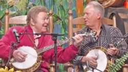 Decades Later, Roy Clark & Buck Trent Reunite For 'Dueling Banjos' Performance | Country Music Videos