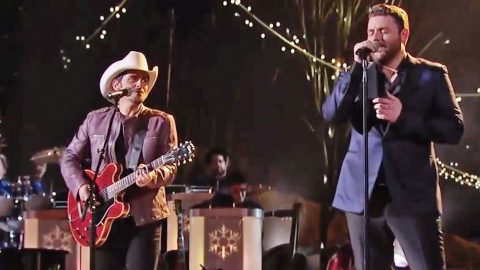 Brad Paisley Christmas.Chris Young Brad Paisley Team Up For A Breathtaking Duet