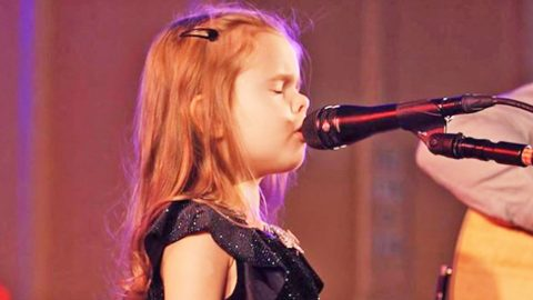 Talented 5-Year-Old Performs Heavenly Rendition Of 'O Holy Night' For Sold-Out Audience | Country Music Videos
