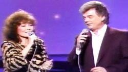 Rare Footage Of Conway Twitty & Loretta Lynn Singing 'Making Believe' Is Pure Perfection | Country Music Videos