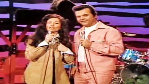 Conway Twitty and Loretta Lynn – Louisiana Woman , Mississippi Man (LIVE) | Country Music Videos
