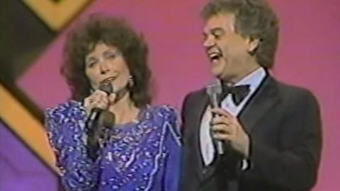 Conway Twitty & Loretta Lynn – Louisiana Woman Mississippi Man | Country Music Videos