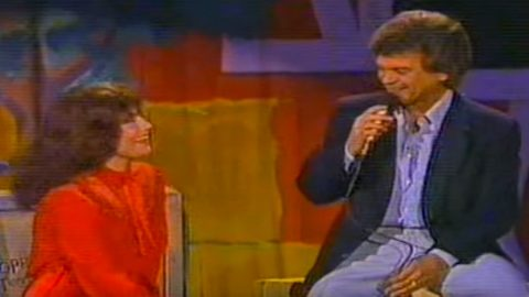 Loretta Lynn Is All Smiles As Conway Twitty Serenades Her With 'Hello Darlin"